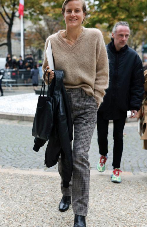 Бежевый джемпер и коричневые брюки