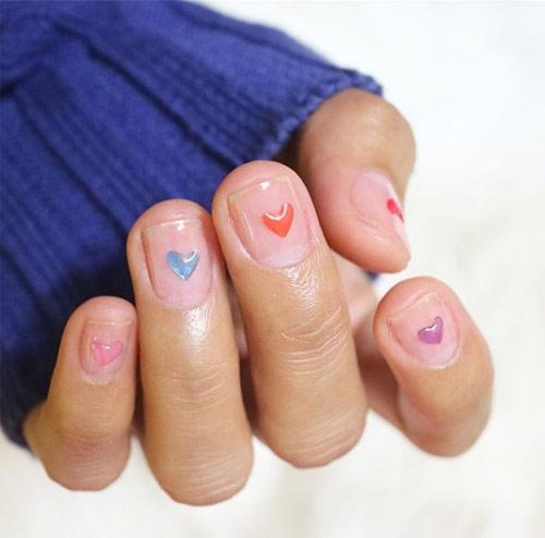 Разноцветные сердечки на ногтях