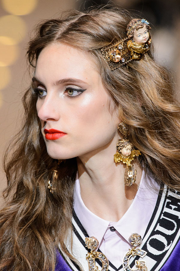 Dolce&Gabbana: массивные золотые заколки для волос