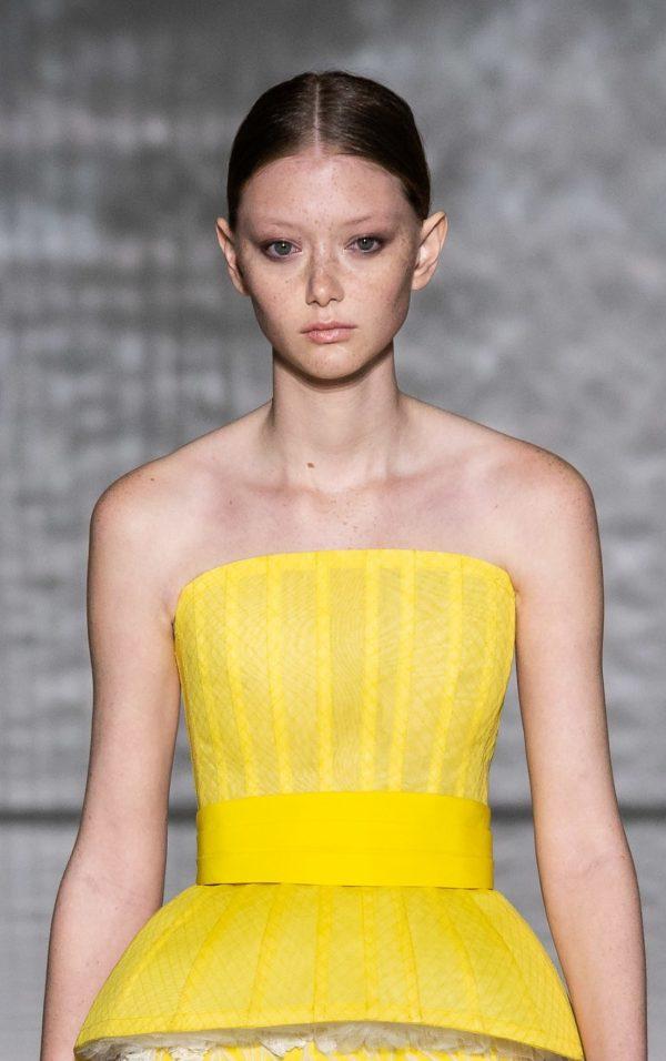 Givenchy: прямой пробор на собранных волосах