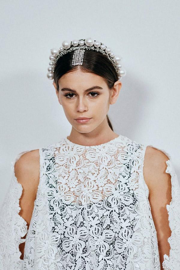 Givenchy: Кайя Гербер с собранными волосами и жемчужными аксессуарами для волос