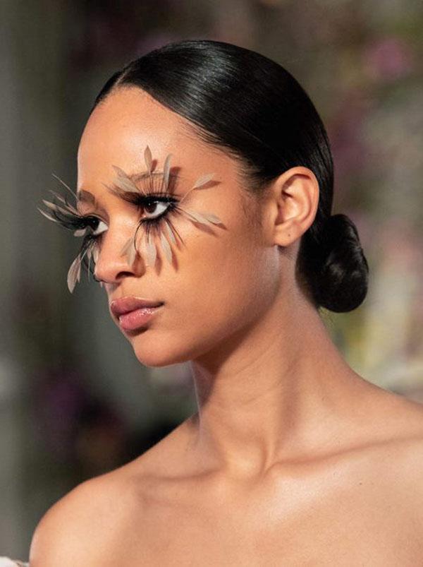 Valentino Couture: черный цвет волос и низкий пучок