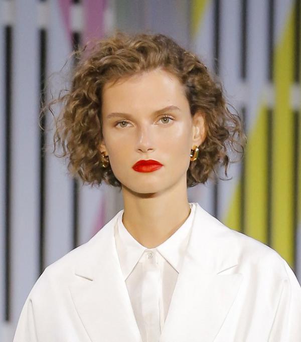 kudryavye-volosy Модные женские стрижки 2019: 100 стильных идей на средние волосы
