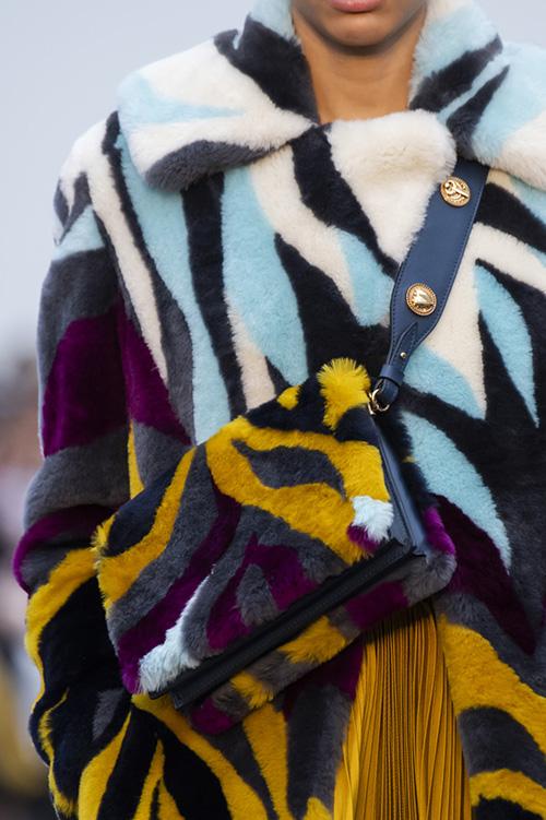 Меховая сумка в тон теплому пальто