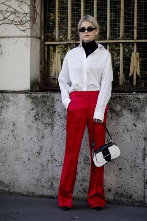 Модная сумочка в стиле начала нулевых с красными брюками и классической белой рубашкой