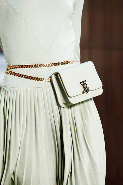Поясная сумка на цепочке с плисированной юбкой
