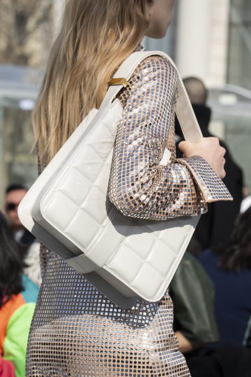 Белая стеганая сумка из кожи