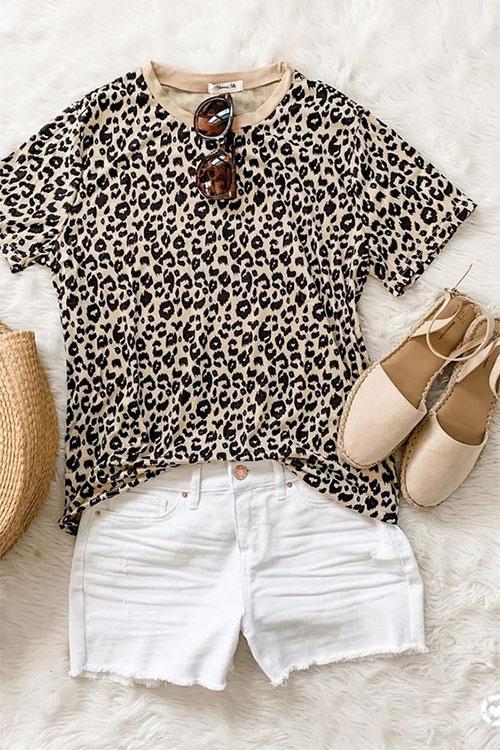 Футболка с леопардовым принтом, белые шорты и сандалии