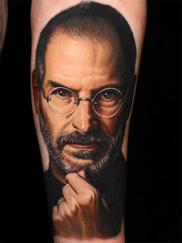 Татуировка в реалистичном стиле. Стив Джобс