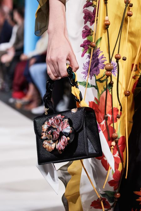 Черная сумка с цветком и массивной цепочкой в виде ручки
