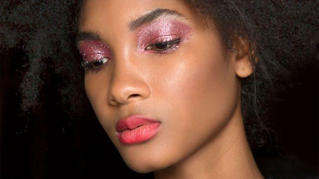 Розовые блестящие тени для модного макияжа весна-лето 2020