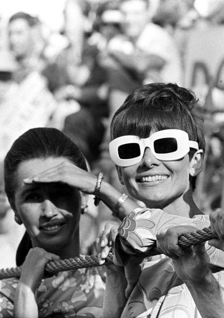 Одри Хепберн в очках с белой оправой