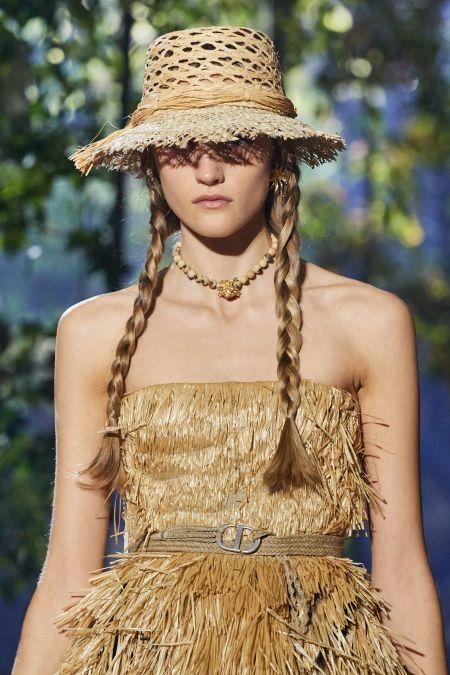 Украшение на шею из бежевых бусин. Dior