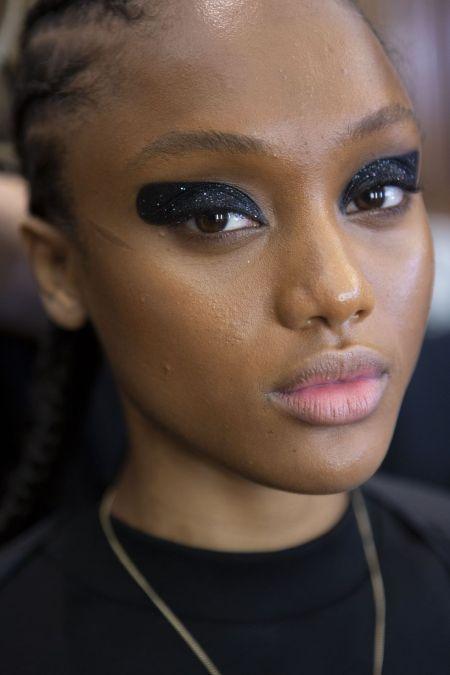 Смоки айс с блестками - модный вечерний макияж