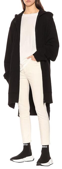Черные кроссовки-носки, черный тренч и бежевый костюм