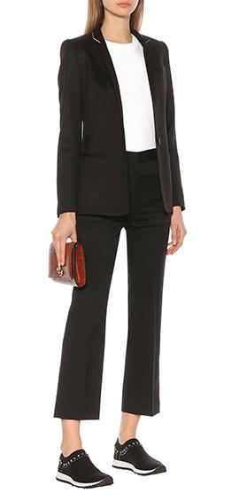 Черные кроссовки-носки в сочетании с женским деловым костюмом