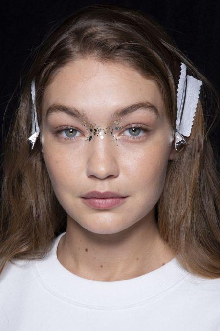 Натуральный макияж с блестками на переносице