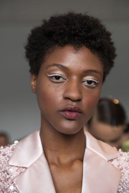 Белые стрелки - модная тенденция весна-лето 2020