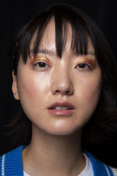Золотые тени в сочетании с бесцветным блеском для губ