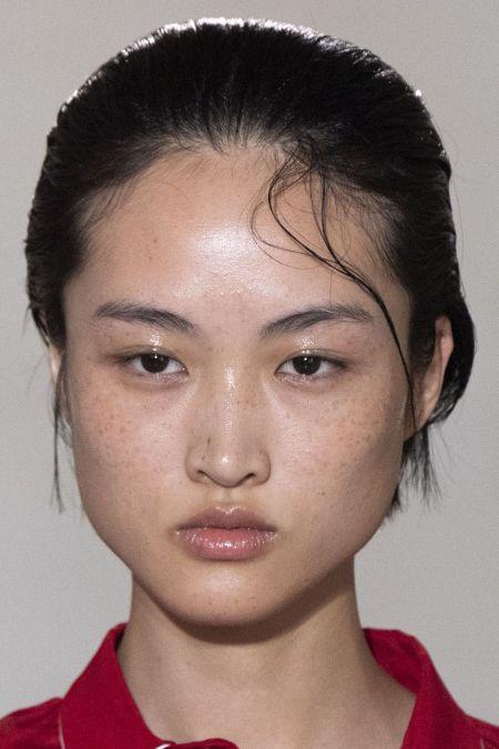 Естественный макияж и эффект мокрых губ - модный make-up весна-лето 2020