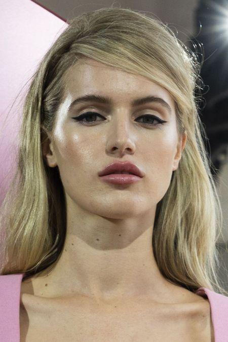 Длинные узкие черные стрелки в модном макияже 2020