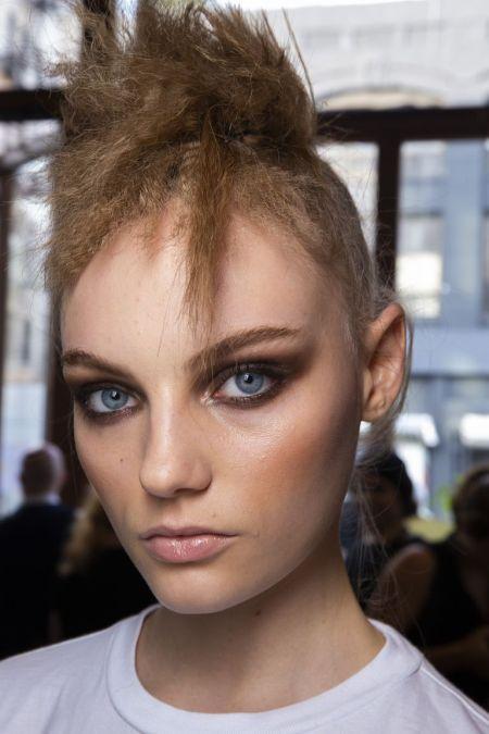 Смоки айс в коричневых оттенках. Модный макияж весна-лето 2020. Tom Ford