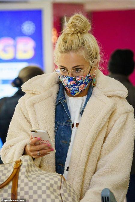 Британская певица Пикси Лотт в маске с цветочным принтом