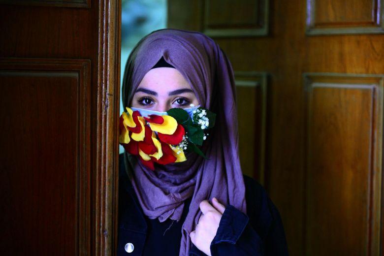 Защитная маска с лепестками цветов