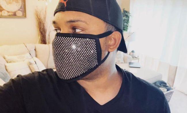 Черная маска для лица с кристаллами