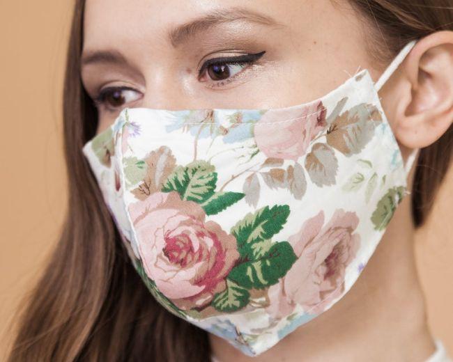 Защитная белая маска с цветочным рисунком