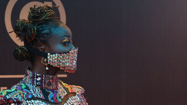 Нигерийская актриса Фолу Стормс в защитной маске с камнями