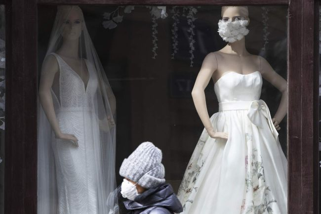 Защитная белая маска с аппликацией из цветов