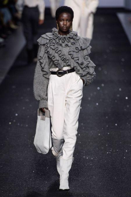 Серый свитер с оборками и белые брюки с черным поясом Alberta Ferretti