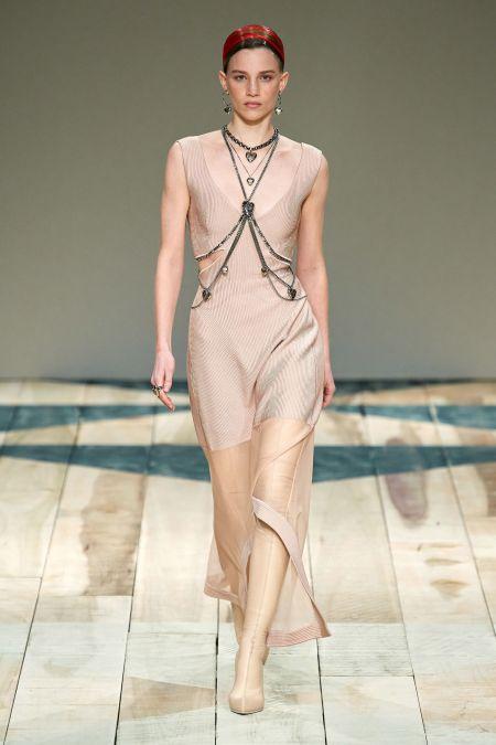 Светлое длинное платье с цепочками от Alexander McQueen