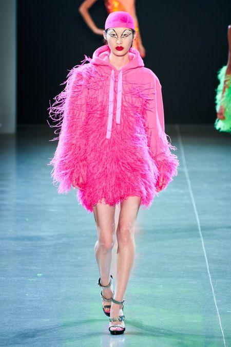 Розовая толстовка с капюшоном с перьями от Christian Cowan