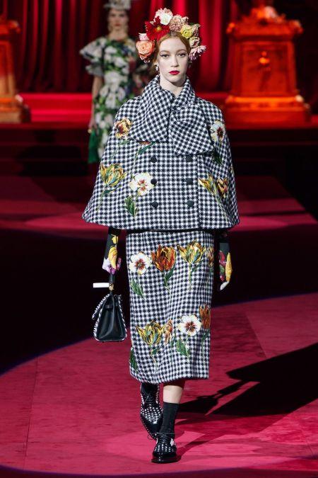 Костюм в черно-белую клетку с аппликацией в виде цветов от Dolce&Gabbana