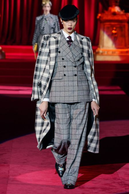 Брючный серый костюм в клетку из коллекции Dolce&Gabbana