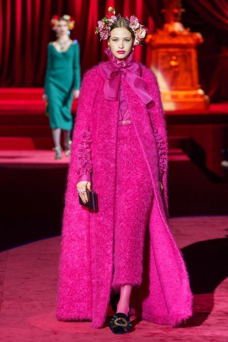 Розовый пушистый кейп в пол Dolce&Gabbana