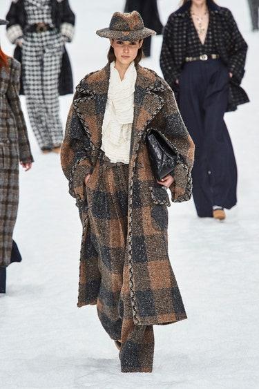 Брюки, пальто и шляпа в крупную коричневую клетку из коллекции Chanel