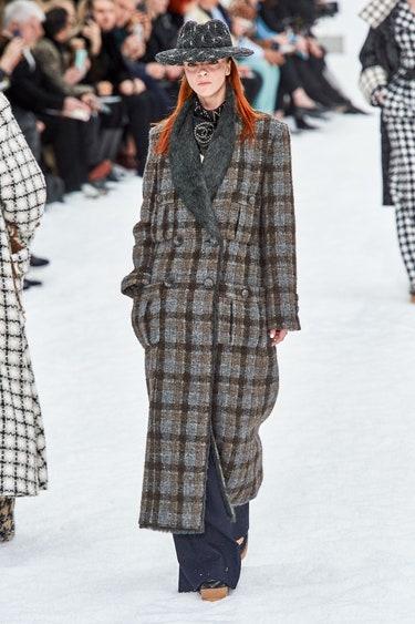 Длинное пальто в крупную коричневую клетку от Chanel
