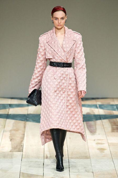 Розовое стеганое пальто с черным поясом