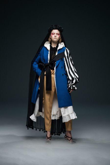 Многослойный лук с длинной рубашкой, брюками и пальто