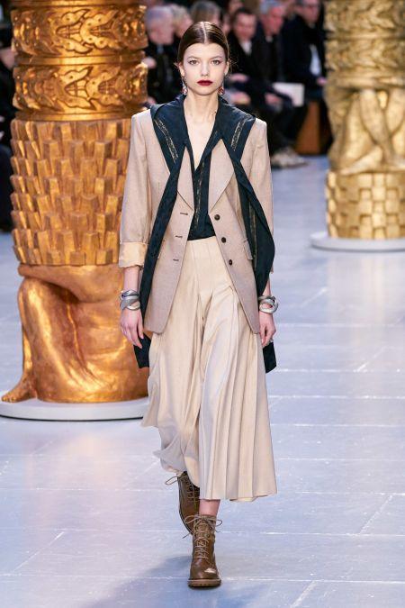 Кремовая юбка в складку с длинным жакетом