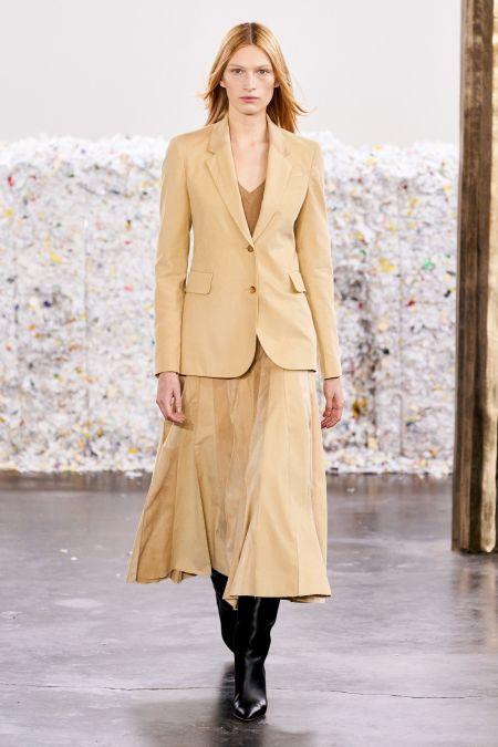 Светлый деловой костюм с юбкой - модный тренд 2020