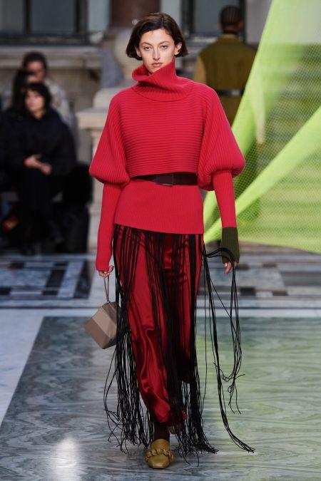 Красный образ с черной длинной бахромой