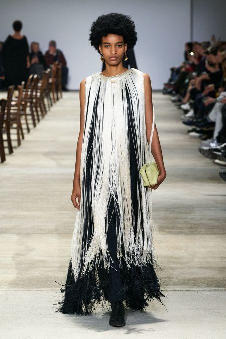 Черно-белое платье с длинной бахромой - модный образ 2020