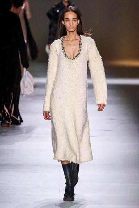 Белое вязаное платье с украшением в виде цепочки