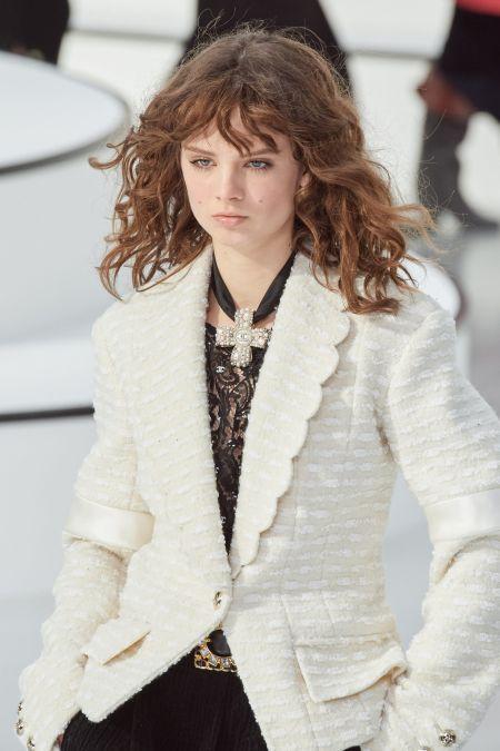 Крест с белым жемчугом на черной атласной ленте Chanel