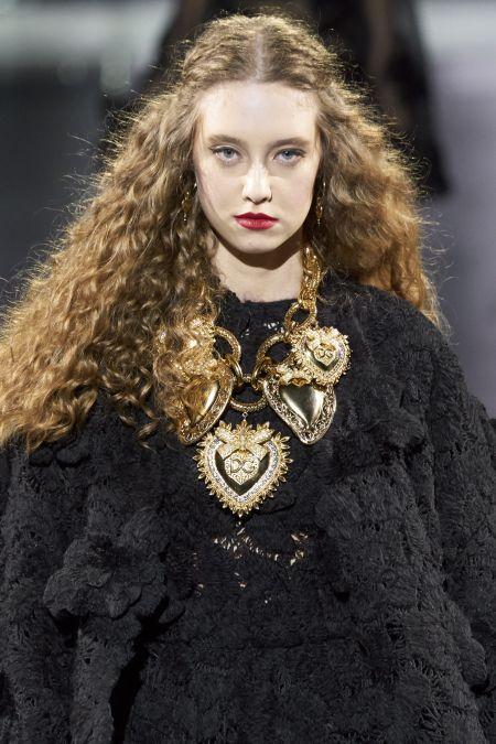 Золотое ожерелье с крупными сердцами из коллекции Dolce & Gabbana
