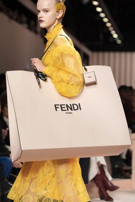 Большая сумка с фирменной надписью Fendi